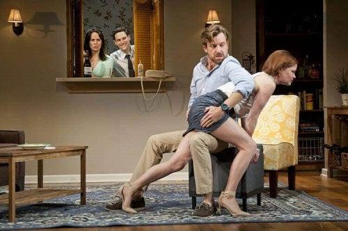 Cuplu care știe ce este spanking-ul erotic