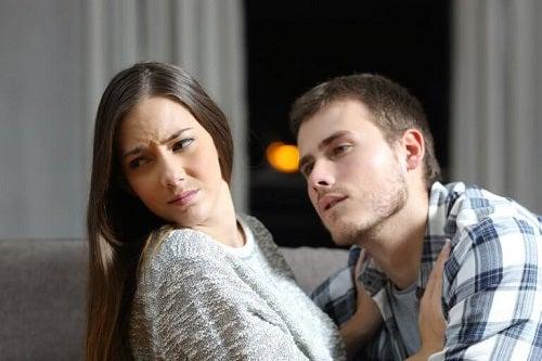 Cuplu afectat de semne ale infidelității emoționale