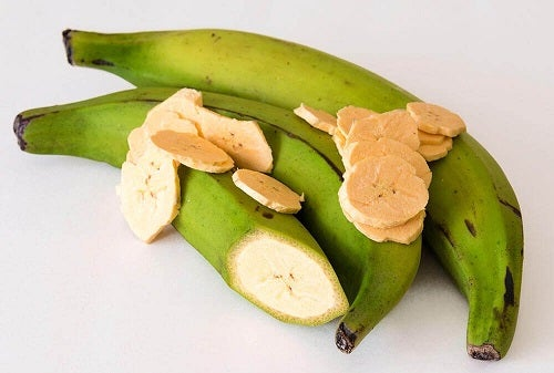 Diferențe între bananele plantain și cele obișnuite privind culoarea