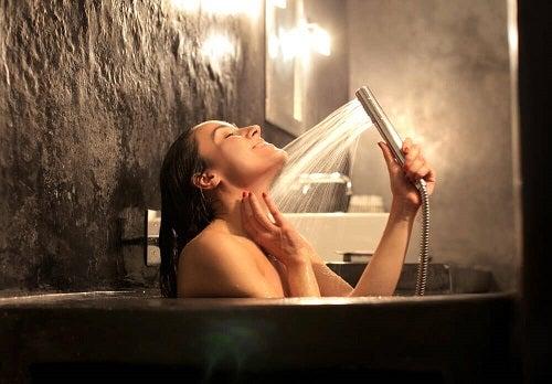 Dușurile fierbinți pe lista de trucuri pentru combaterea crampelor musculare