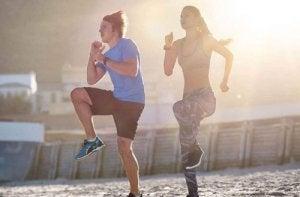 Exerciții cardio de făcut acasă precum săriturile cu genunchii la piept