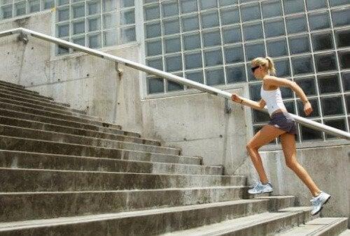 Exerciții cardio de făcut acasă precum urcatul scărilor