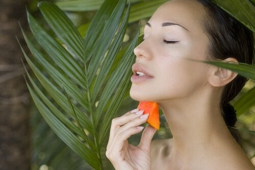 Femeie profitând de beneficii ale consumului de semințe de papaya