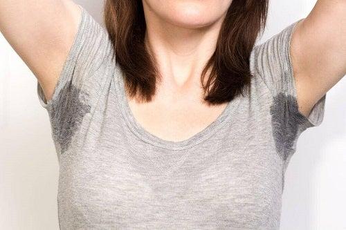 Femeie descoperind principalele cauze medicale ale transpirației nocturne