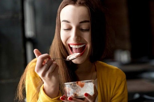 Femeie servind deserturi delicioase care nu îngrașă