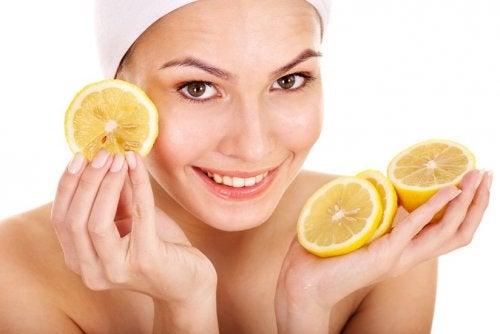 Femeie care încearcă remedii naturiste pentru dermatita seboreică