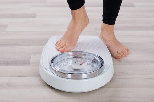 Femeie punând în aplicare sfaturi pentru scăderea colesterolului rău