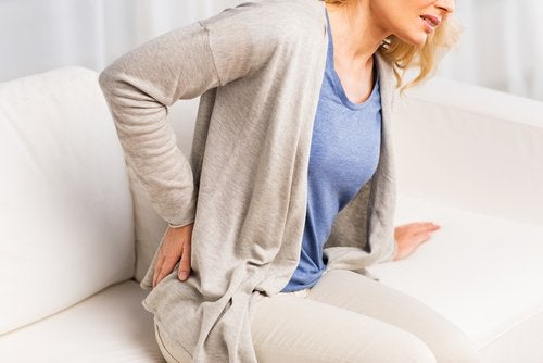 Femeie afectată de simptome ale problemelor renale