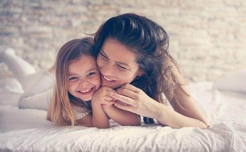 Inteligența se moștenește de la mamă și ține și de legăturile emoționale