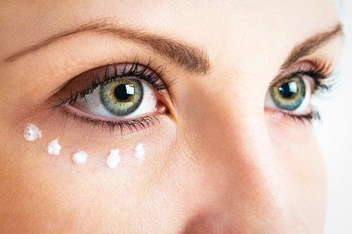 Întrebuințări ale capsulelor de vitamina E pentru conturul ochilor