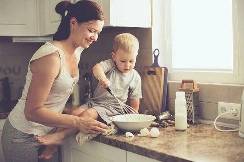 Mămică identificând trăsături ale copiilor cu dificultăți de învățare