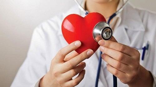 Medic recomandând un măr verde pe stomacul gol pentru inimă