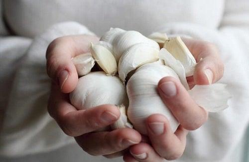 Mirosurile neplăcute din bucătărie cauzate de usturoi