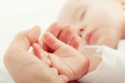 Obiceiuri greșite în îngrijirea bebelușilor precum comportamentul agresiv