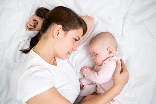 Obiceiuri greșite în îngrijirea bebelușilor precum a-i lăsa să plângă singuri