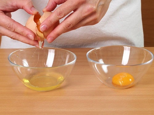 Ouă folosite pentru o mască naturală cu efect de lifting