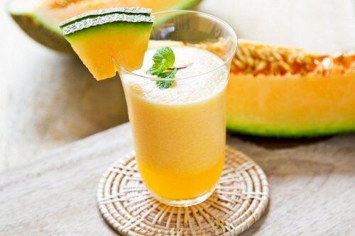 Pepene galben inclus în smoothie-uri cu fructe pentru slăbit