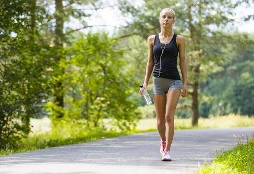 Principalele beneficii ale plimbărilor zilnice pe jos