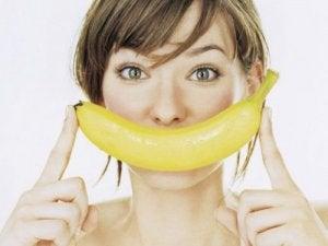 Produse naturale pentru albirea dinților precum cojile de banane