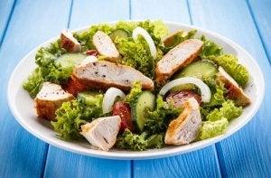 Salată ca parte a unei diete care accelerează metabolismul
