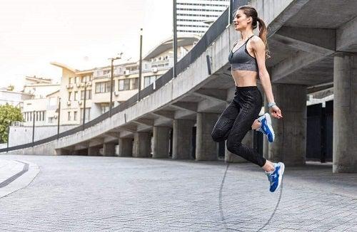 Săritul corzii pe lista de exerciții cardio de făcut acasă