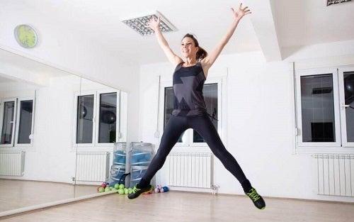 Săriturile pe loc pe lista de exerciții cardio de făcut acasă