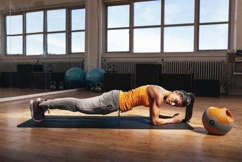 Scândura pe lista de exerciții care îți modelează corpul