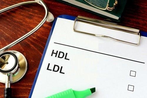 Specialist oferind sfaturi pentru scăderea colesterolului rău