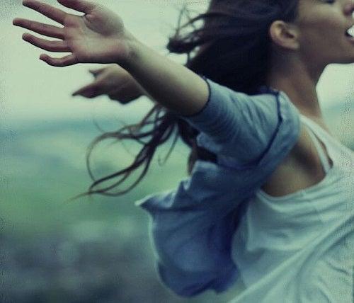 Tânără care descoperă cum să te ierți pentru greșelile din trecut