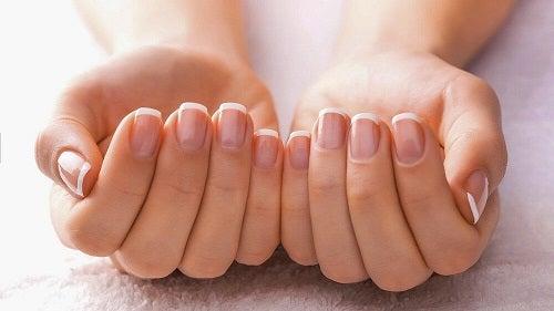 Tratamente naturale pentru problemele unghiilor de la mâini