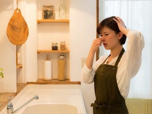 Mirosurile neplăcute din bucătărie – 10 trucuri utile