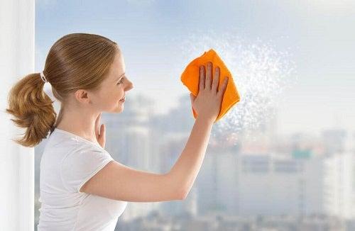 6 trucuri pentru curățarea geamurilor
