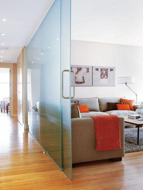 Uși glisante de sticlă ca separatoare de cameră elegante