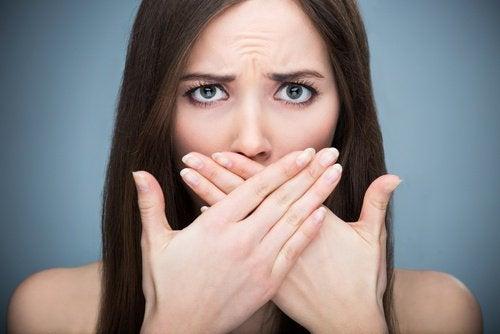 Femeie ce descoperă beneficii ale coriandrului pentru halitoză