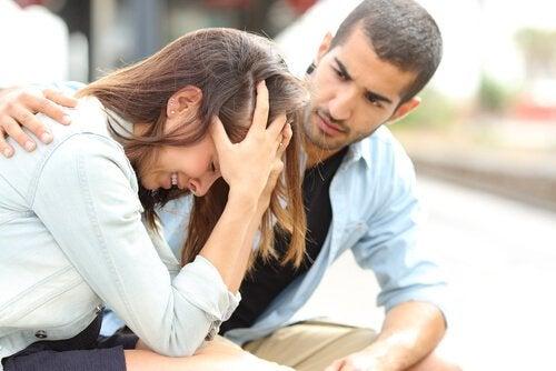 Poți depăși cele 5 stadii ale suferinței cu sprijinul celor din jur