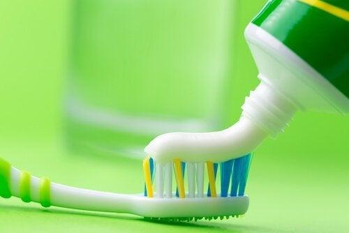 Cum să cureți fierul de călcat cu pastă de dinți