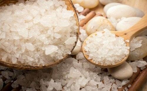 Cum să cureți fierul de călcat cu sare gemă