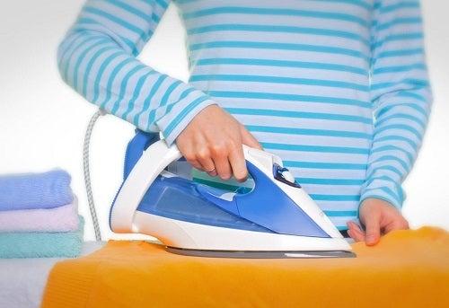 Cum să cureți fierul de călcat când se prinde de haine