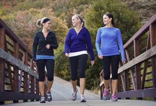 Cum să elimini gândirea negativă cu ajutorul unor plimbări zilnice