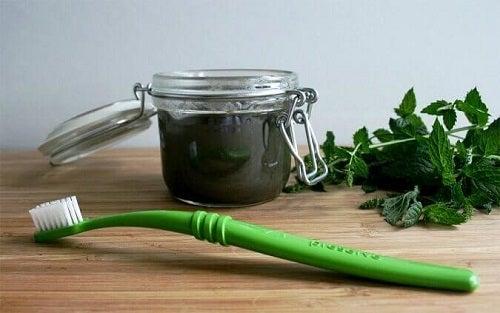 Cum să previi și să tratezi cariile cu o pastă de dinți medicinală naturală