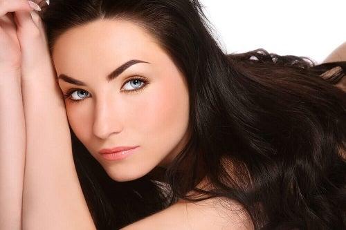 Cum să stimulezi creșterea părului cu remedii naturale