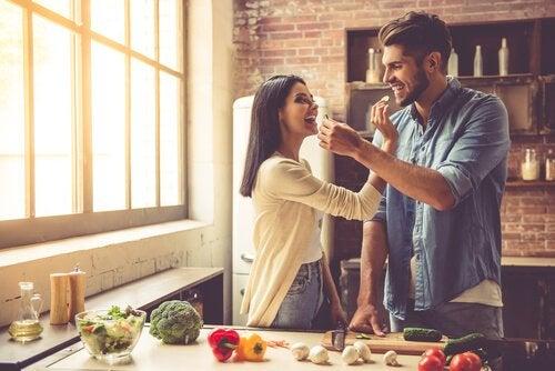 Cuplu care combate principalele cauze ale senzației constante de foame