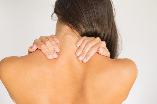 Exerciții pentru ameliorarea durerii cervicale precum rotirea gâtului