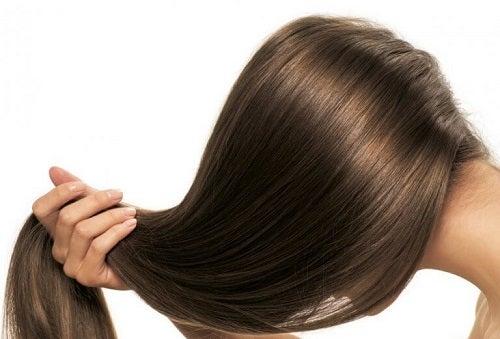 Femeie profitând de beneficii ale rozmarinului pentru păr