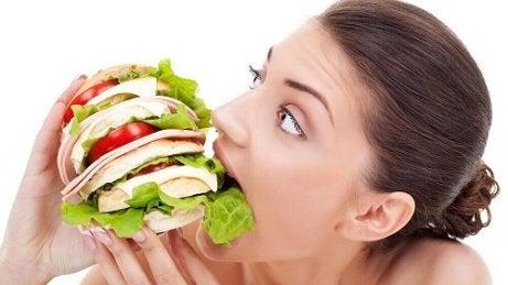 Femeie afectată de cauze ale senzației constante de foame