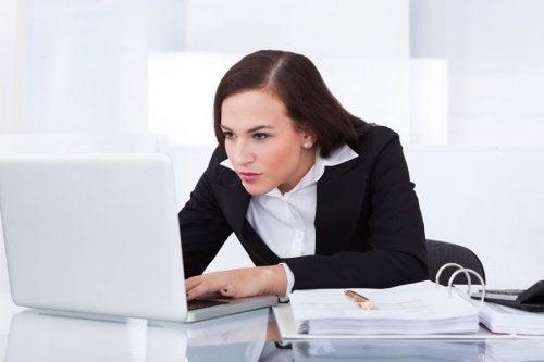 Femeie care experimentează efecte ale stresului asupra coloanei vertebrale