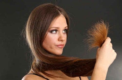 Femeie care are nevoie de măști naturale pentru un păr strălucitor