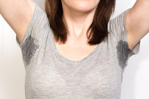 Femeie ce are nevoie de remedii naturale împotriva transpirației