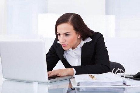 Femeie căutând remedii naturale pentru flebită pe internet