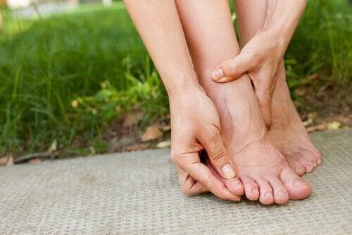 Femeie care are retenție de apă la nivelul picioarelor